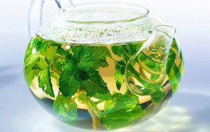 чай с мелиссой в прозрачном чайнике