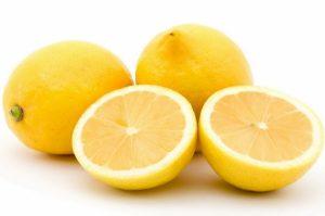 лимон, разрезанный напополам