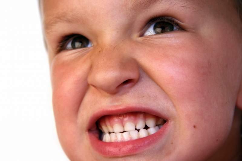 Ребенок скрипит зубами ночью во сне: причины и лечение патологии