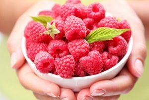 ягоды малины в белой глубокой тарелке