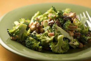 салат из брокколи с добавлением кураги и орешков