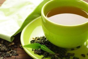 чай с мелиссой в зеленой чашке на блюдце