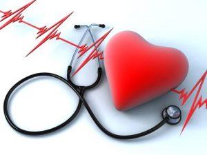 стетоскоп и сердце на фоне кардиограммы