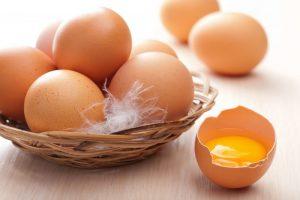 куриные яйца и желток