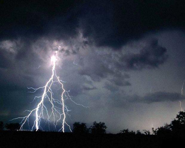 Удар молнии вызывает электрический ожог