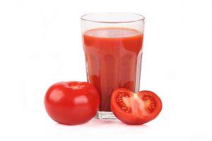 томатный сок и разрезанный помидор