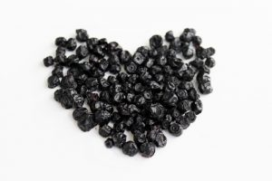 сушеные ягоды черной смородины в форме сердца