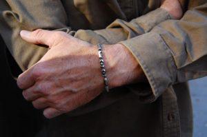 серебряный браслет на запястье