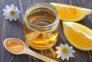натуральный мед в банке и лимон