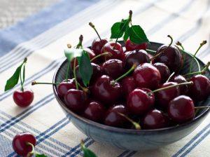 ягоды черешни в пиале