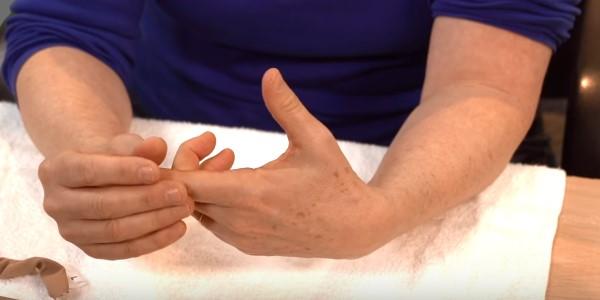 щелканье пальцами руки
