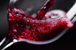 наполнение бокала красным вином