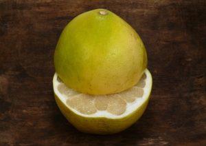 разрезанный плод помело