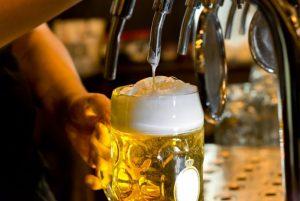 процесс разлива светлого пива