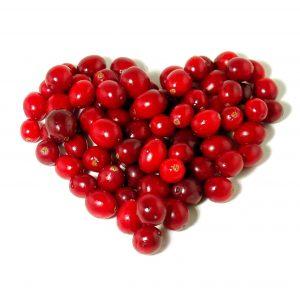 ягоды клюквы, выложенные в форм сердца