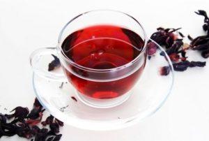 чай каркаде в прозрачной чашке