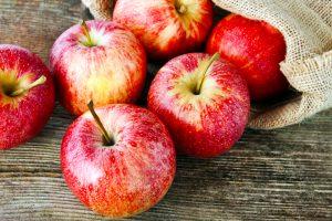 яблоки с красной кожурой