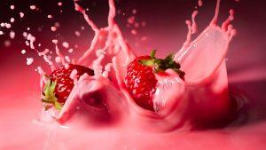 клубника, падающая в йогурт