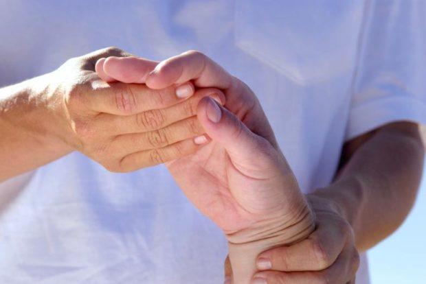 Врач обследует руку пациента